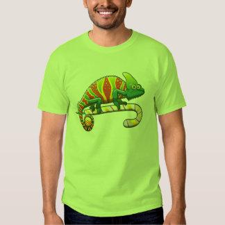 Camaleón del navidad que camina en un bastón de camisas