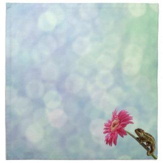 Camaleón verde en la flor rosada servilletas de papel