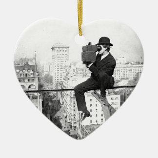 cámara antigua en una foto del vintage del adorno de cerámica en forma de corazón
