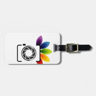 Cámara digital con las hojas coloridas etiqueta para maleta