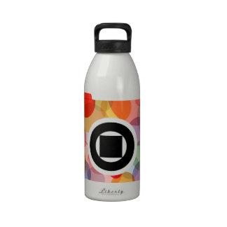 Cámara digital con los círculos coloridos botellas de beber