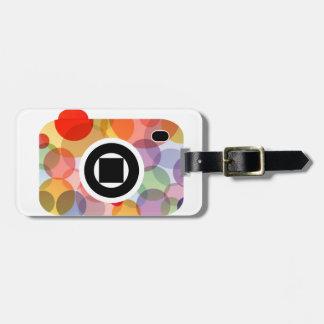 Cámara digital con los círculos coloridos etiqueta para maleta