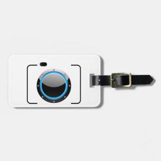 Cámara digital con una abertura azul etiqueta para equipaje