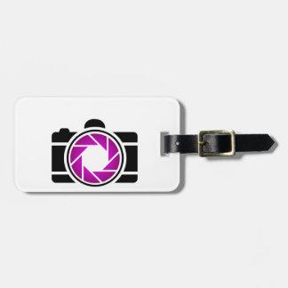 Cámara digital con una abertura púrpura etiquetas maleta