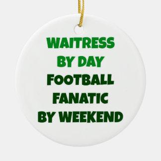 Camarera del fanático del fútbol del día por fin adorno navideño redondo de cerámica