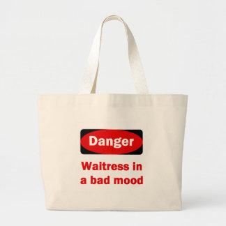 Camarera en una mala bolsa de asas del humor
