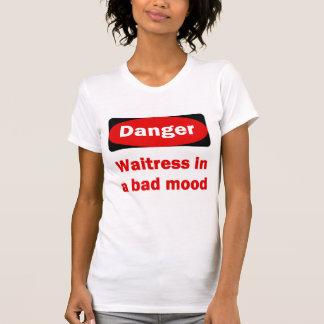 Camarera en una mala camiseta del humor playeras