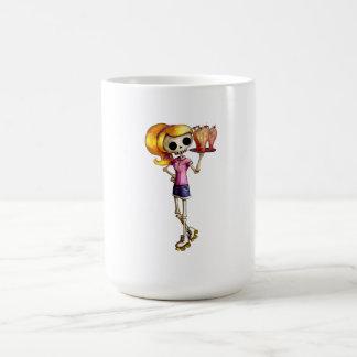 Camarera esquelética rubia taza de café