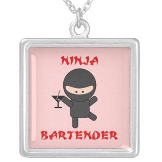 Camarero de Ninja que sostiene Martini Joyerias