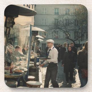 camarero francés del café posavasos de bebida