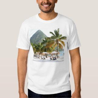 Camas de Sun en una playa en Santa Lucía cerca de Camisas
