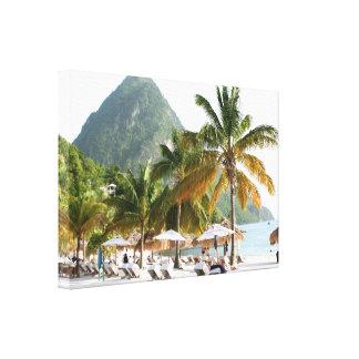 Camas de Sun en una playa en Santa Lucía cerca de Impresion En Lona