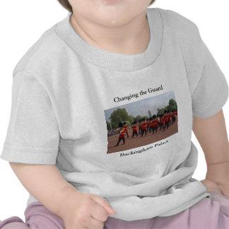 Cambio de la camiseta del niño del guardia