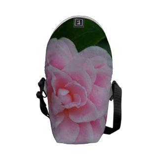 Camelia rosado bonito bolsas de mensajería