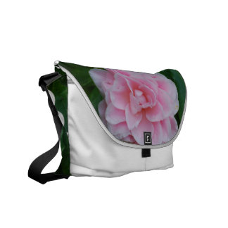 Camelia rosado floreciente bolsa messenger