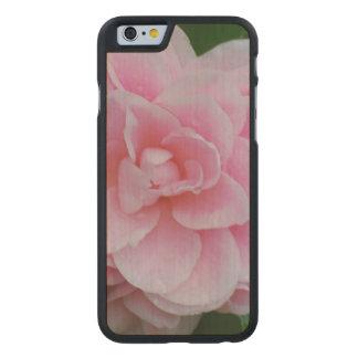 Camelia rosado floreciente funda de iPhone 6 carved® de arce