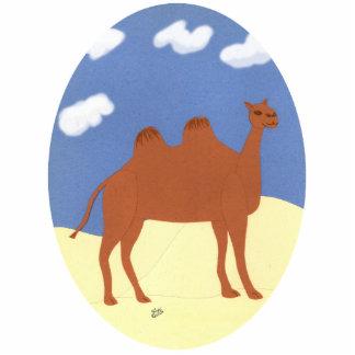 Camello caprichoso en las dunas del desierto fotoescultura vertical