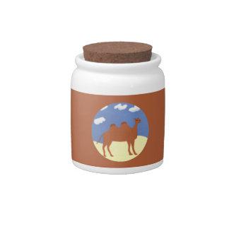 Camello caprichoso en las dunas del desierto plato para caramelo
