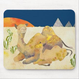 Camello de la mamá y del bebé en Egipto Tapetes De Raton