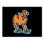 camello divertido en los esquís postales