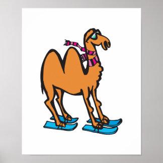 camello divertido en los esquís póster