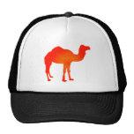 Camello en rojo gorros bordados