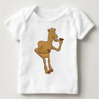 Camello que fuma playera de bebé