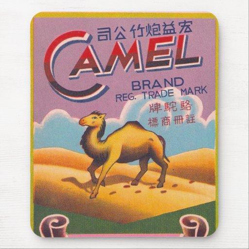 Camello retro de la etiqueta del petardo del kitsc alfombrilla de ratones