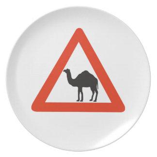 Camellos de la precaución, señal de tráfico, plato de comida