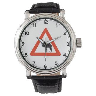 Camellos de la precaución, señal de tráfico, relojes de mano