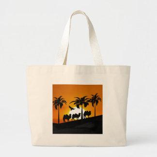 Camellos del desierto en la puesta del sol bolsas de mano