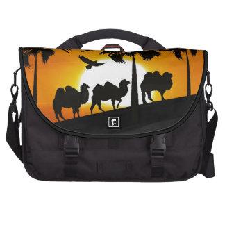 Camellos del desierto en la puesta del sol bolsas de ordenador