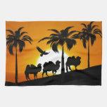 Camellos del desierto en la puesta del sol toallas de mano