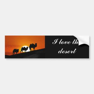 Camellos del desierto en la puesta del sol pegatina para auto