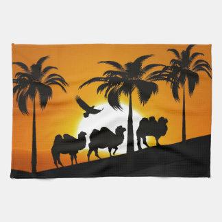 Camellos del desierto en la puesta del sol toalla de cocina