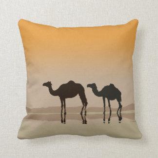 Camellos del dromedario y un espejismo cojin