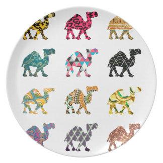 Camellos lindos de la diversión platos de comidas