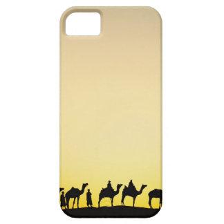 Camellos y conductor del camello silueteado en la funda para iPhone 5 barely there