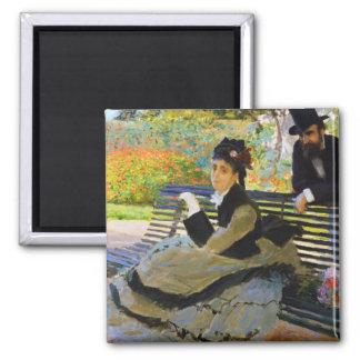 Camilo Monet en un banco Claude Monet del jardín Imán Cuadrado