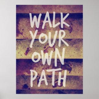 Camina su propia trayectoria póster
