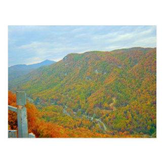 Caminando manera para arriba en las montañas postales