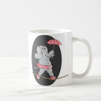 Caminante de la cuerda tirante del elefante taza de café