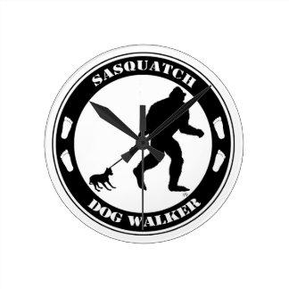 Caminante del perro de Sasquatch Relojes De Pared