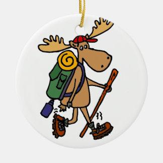Caminante divertido de los alces adorno navideño redondo de cerámica