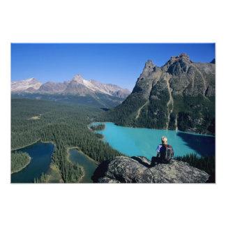 Caminante que pasa por alto el lago turquesa-color fotos