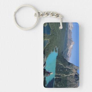 Caminante que pasa por alto el lago turquesa-color llavero