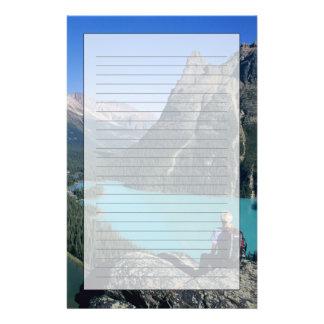 Caminante que pasa por alto el lago turquesa-color papelería de diseño