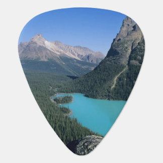 Caminante que pasa por alto el lago turquesa-color