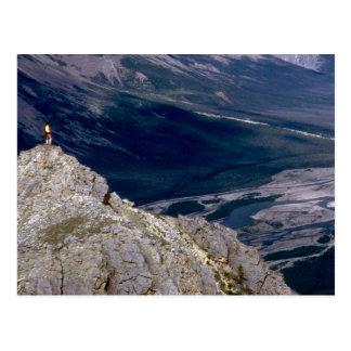 Caminante que pasa por alto el río de la montaña, postal