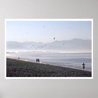 Caminante y playa del mexicano de la madrugada del poster